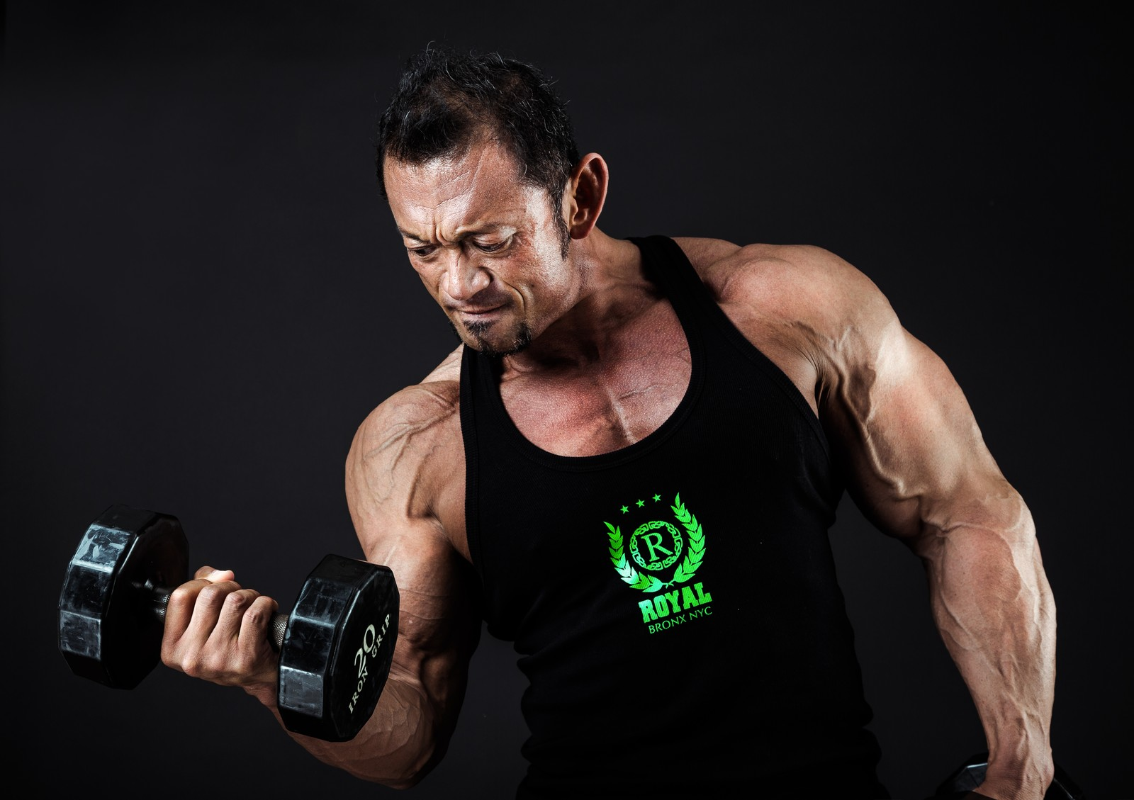 ダンベルで腕の筋肉を鍛える